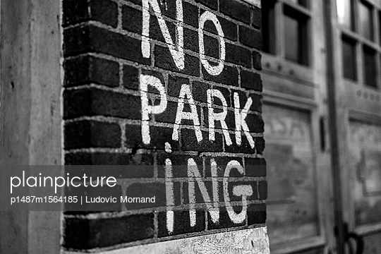 NO PARKING - p1487m1564185 by Ludovic Mornand