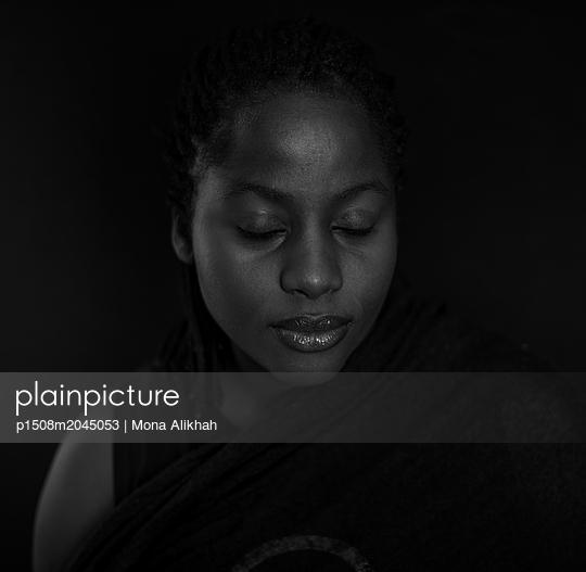 Junge Frau im Dunkeln - p1508m2045053 von Mona Alikhah