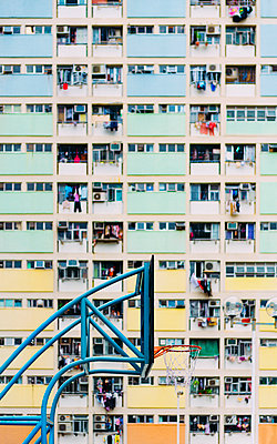 China, Hong Kong, Kowloon, basketball hoop, public housing in the background - p300m2059964 by Gemma Ferrando