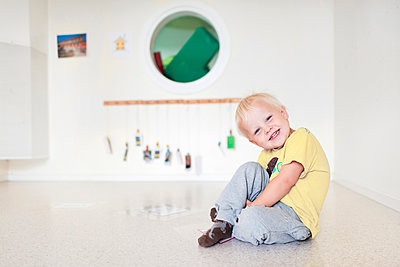 Little boy sitting on floor - p312m1164582 by Rebecca Wallin