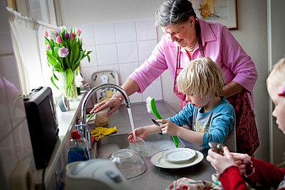 Oma und Enkel beim Abwasch - p896m835403 von Arenda Oomen
