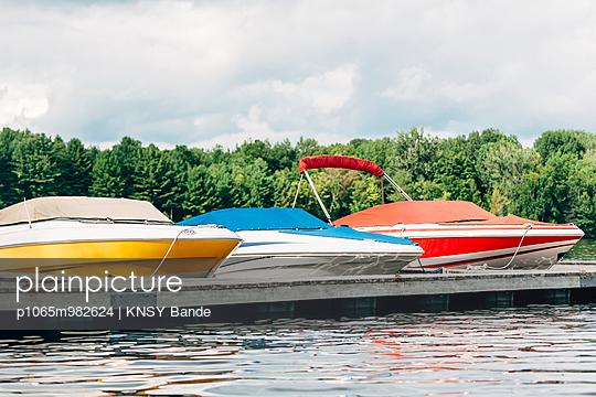 Motorboote vertaut am Steg, Chandos Lake, Kanada - p1065m982624 von KNSY Bande