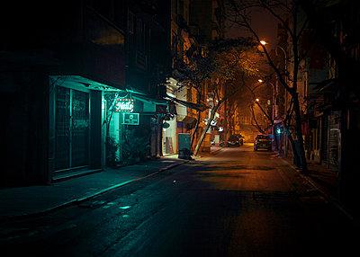 Nächtliche Straße in Hanoi - p1324m1441362 von michaelhopf