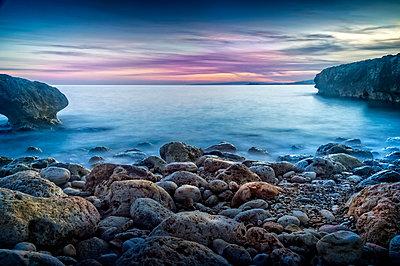 Spain, Majorca, Palma de Mallorca, Rocky coastline with sea at sunrise - p352m1187385 by Lasse Eklöf
