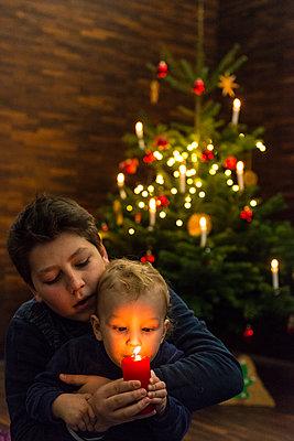 Zwei Kinder feiern Weihnachten - p427m1556433 von R. Mohr