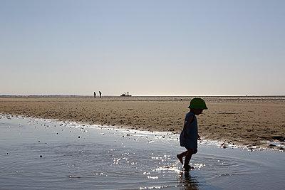 Kind rennt durch einen Priel an der Nordsee - p606m1573156 von Iris Friedrich