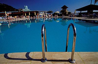 Badeleiter am Hotelpool - p2200137 von Kai Jabs