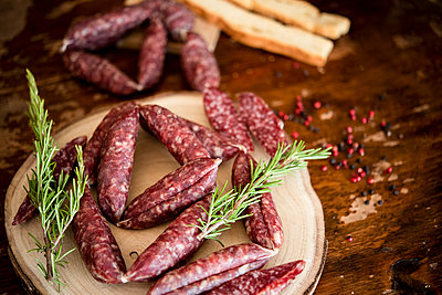 Strings of sausages, rosemary, peppercorn - p429m2164654 by Senserini Lucrezia