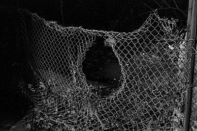 maschendrahtzaun mit loch - p6270333 von bobsairport