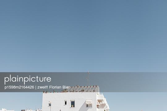 White residential building, Conil de la Frontera, Spain - p1598m2164426 by zweiff Florian Bier