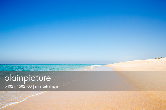 Feiner Sandstrand in Portugal - p432m1582766 von mia takahara