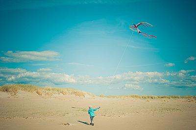 Denmark, Romo, Boy flying kite at North Sea - p300m1188692 by Jana Mänz