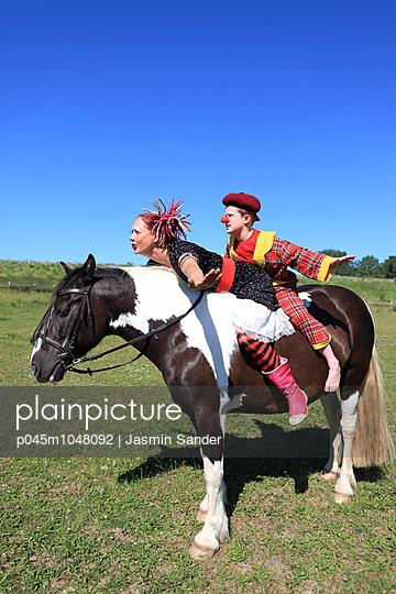 Auf dem Pferd fliegen - p045m1048092 von Jasmin Sander