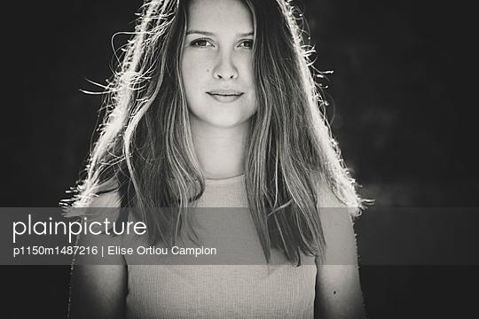 Hübsches junges Mädchen, Porträt - p1150m1487216 von Elise Ortiou Campion