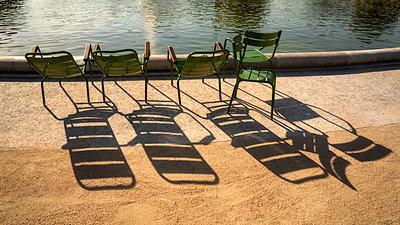 Fünf Stühle - p1154m1574291 von Tom Hogan