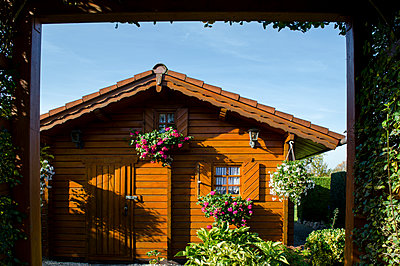 Holzhaus im Schrebergarten - p1277m1108640 von Hanna Orlowski