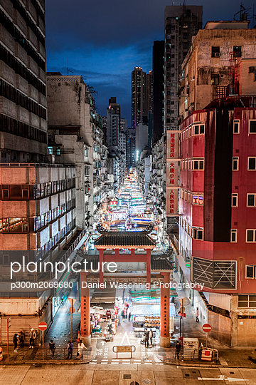 Hong Kong, Jordan, Temple Street Night Market - p300m2069680 by Daniel Waschnig Photography