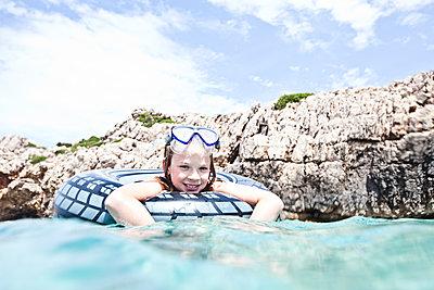Mädchen im Schwimmreifen - p713m2087653 von Florian Kresse