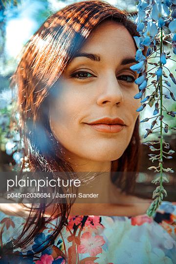 Portrait im Frühling - p045m2038684 von Jasmin Sander