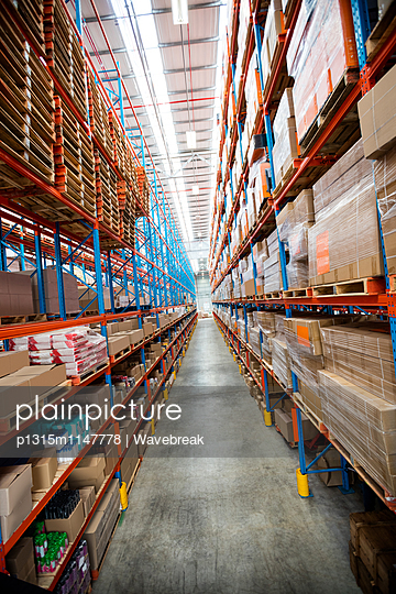 High angle view of empty aisle in warehouse  - p1315m1147778 by Wavebreak