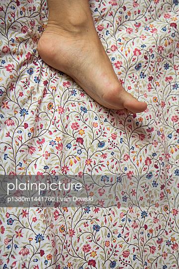 Fuß auf Blumen - p1380m1441760 von van Dowski
