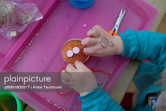 Decorating muffins - p896m835917 by Anke Teunissen