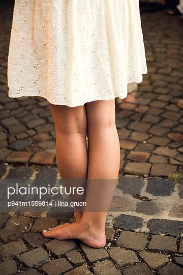 Mädchenbeine und Rock - p941m1559814 von lina gruen