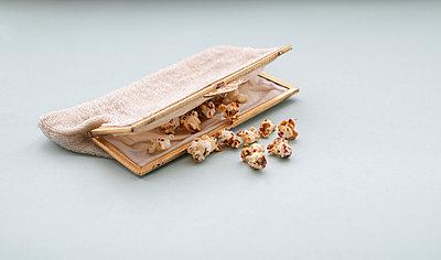 Popcorn in einem Täschchen - p1190m2228770 von Sarah Eick