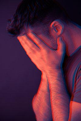 Mann hält sich die Hände vors Gesicht - p1248m2287868 von miguel sobreira