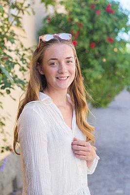 a young woman outdoors - p1323m1590370 von Sarah Toure