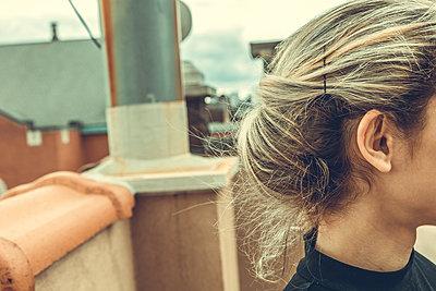 Frau im Anschnitt auf einem Dach - p1491m1582699 von Jessica Prautzsch