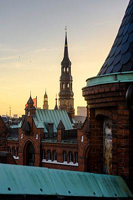 Blick auf Katharinenkirche und Michel über den Dächern der Speicherstadt, Hamburg - p1493m1584466 von Alexander Mertsch