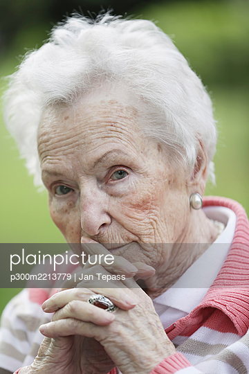 Germany, North Rhine Westphalia, Cologne, Portrait of senior woman, close up - p300m2213779 by Jan Tepass