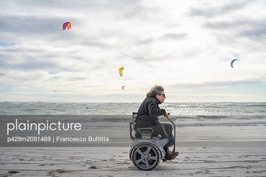 Man on wheels enjoying seaside - p429m2091469 by Francesco Buttitta