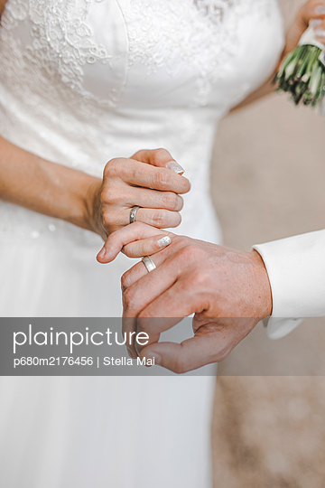 Hands of a wedding couple - p680m2176456 by Stella Mai