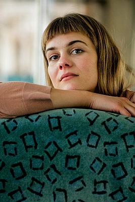 Nahaufnahme einer jungen Frau im Zug - p1212m1138817 von harry + lidy
