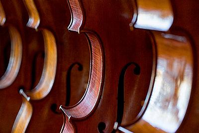 Celli beim Geigenbauer - p1212m1203248 von harry + lidy