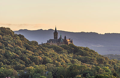 Germany, Wernigerode, view to Wernigerode Castle in the evening - p300m1196951 by Patrice von Collani
