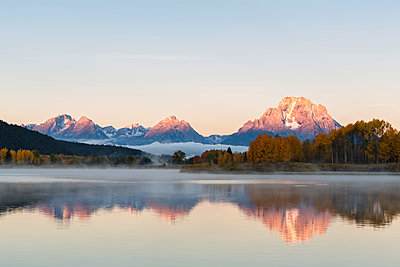 USA, Wyoming, Rocky Mountains, Teton Range, Grand Teton National Park, Snake River, Oxbow Bend, Mount Moran, Indian Summer, twilight - p300m1228193 by Fotofeeling
