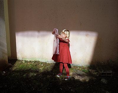 Child in a backyard - p945m924268 by aurelia frey