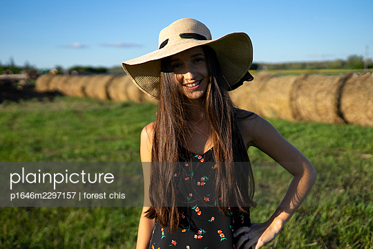 Young woman in a field, portrait - p1646m2297157 by Slava Chistyakov