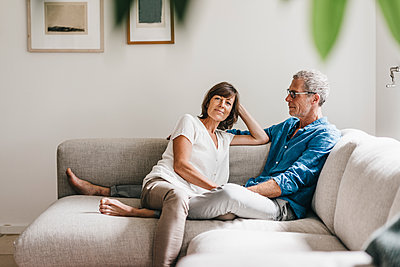 Reifes Paar entspannt auf dem Sofa - p586m1178473 von Kniel Synnatzschke