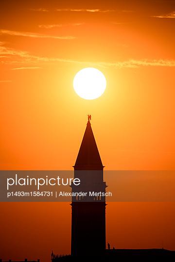 Sonnenuntergang hinter dem Campanile vom Markusplatz, Venedig - p1493m1584731 von Alexander Mertsch