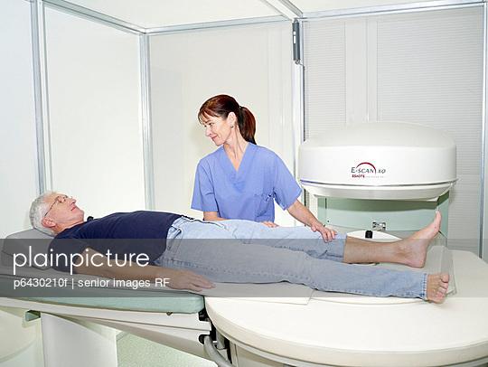 Krankenschwester bereitet MRT vor  - p6430210f von senior images RF