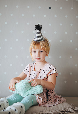 Little girl wearing a paper hat - p1414m2044855 by Dasha Pears
