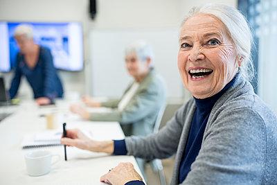 Happy senior woman attending seniors education course - p300m2207089 by Fotoagentur WESTEND61