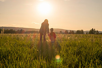 Woman and son standing in field at sunset - p555m1304060 by Aliyev Alexei Sergeevich