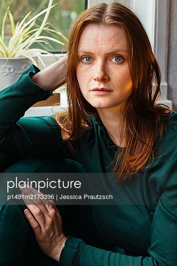 Portrait einer jungen Frau - p1491m2173396 von Jessica Prautzsch