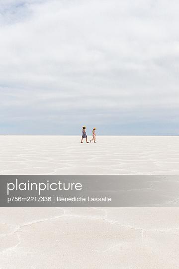 Zwei Mädchen gehen durch die Wüste - p756m2217338 von Bénédicte Lassalle