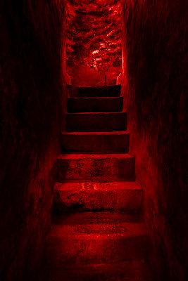 Steinstufen aus dem Keller, rotes Licht - p1280m2229151 von Dave Wall